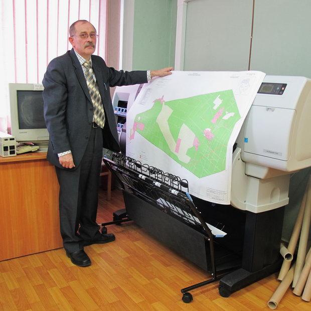 Михаил Карнаухов демонстрирует пример работы широкоформатного принтера HP Designjet T7100