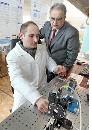 Академик Владимир Агабеков и руководитель лаборатории по разработке белорусской электронной бумаги Александр Муравский (фото Александра Толочко)